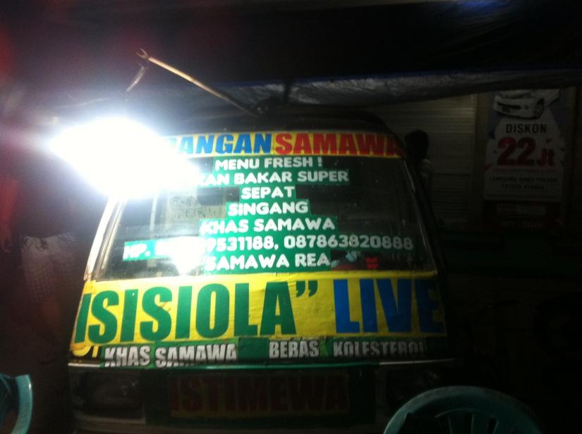 Warung Singgang tempat kami makan, di pinggir jalan seputaran kota Sumbawa Besar.