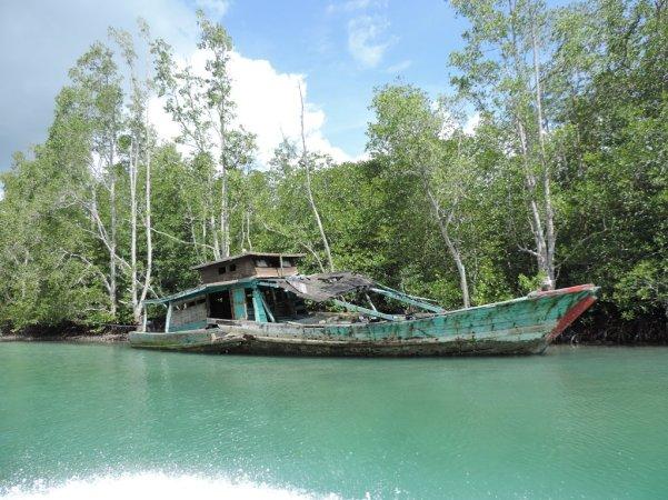 perahu-karam-di-dekat-dermaga
